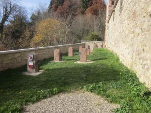 Burg Hohendießen mit Burggraben und Grenzsteine im Grenzsteingarten