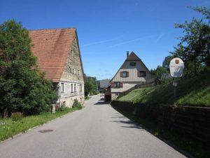 Haus Nr. 1 vom Ortseingang gesehen