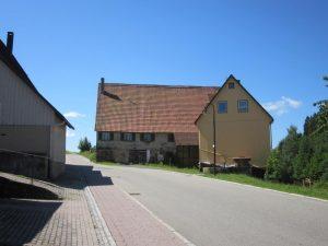 Haus Nr. 1 mit Haus Nr. 1B rechts