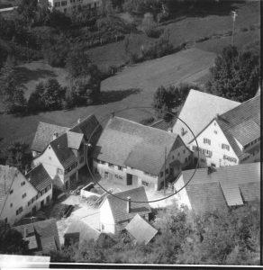 Haus Nr. 18 im Kreis. Links daneben die Nr. 19