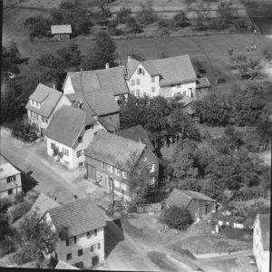 Haus Nr. 29 links, Nr. 28 rechts im Kreis
